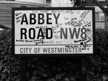 Abbey Road firma adentro Londres blanco y negro Fotos de archivo