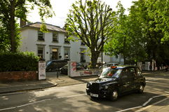 Abbey Road Studios och London taxi Arkivfoton