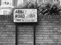 Abbey Road undertecknar in svartvita London Arkivfoto