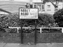 Abbey Road undertecknar in svartvita London Arkivfoton