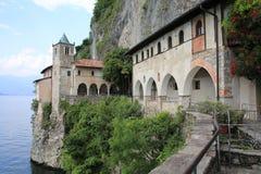 Abbey Santa Caterina del Sasso histórica en Lombardi, Italia Foto de archivo libre de regalías