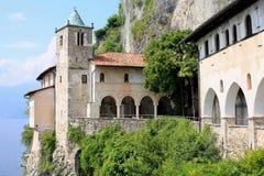 Abbey Santa Caterina del Sasso histórica en Lombardi, Italia Imagen de archivo