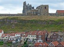 abbey som förbiser den whitby townen Arkivbilder