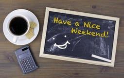 Abbia Nizza un fine settimana! Bordo di gesso su una tavola di legno immagini stock libere da diritti
