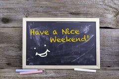 Abbia Nizza un fine settimana! Bordo di gesso su una tavola di legno immagine stock libera da diritti