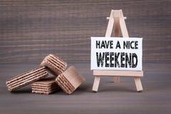 Abbia un fine settimana piacevole Cialde con materiale da otturazione dolce su un fondo di legno fotografia stock