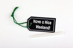 Abbia un fine settimana piacevole Prezzo da pagare con corda su un fondo bianco fotografie stock