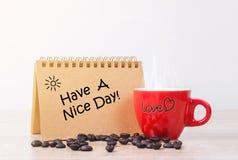 Abbia un giorno piacevole e una tazza di caffè rovente fotografia stock