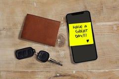 Abbia un grande giorno romantico e la nota scritta a mano dolce su giallo presuppone il bastone al telefono cellulare accanto all immagini stock