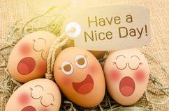 Abbia un sonno piacevole delle uova del fronte della carta e di sorriso del dayg fotografia stock libera da diritti