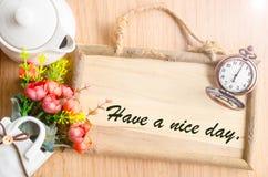 Abbia un testo del giorno piacevole nel telaio di legno in bianco della foto fotografia stock
