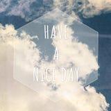 Abbia una buona citazione del giorno piacevole sul fondo del cielo immagine stock