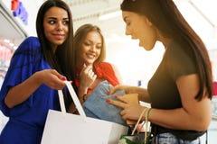 Abbia una sbirciata in mio sacchetto della spesa! fotografie stock
