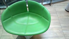 Abbia una seduta in un mondo verde Fotografia Stock Libera da Diritti