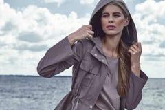 Abbigliamento casual di sguardo di stile della via di modo per la donna Fotografie Stock Libere da Diritti