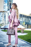 Abbigliamento casual di sguardo di stile della via di modo per la donna di affari Fotografia Stock