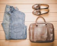 Abbigliamento casuale delle attrezzature dei bei uomini di modo fotografie stock libere da diritti