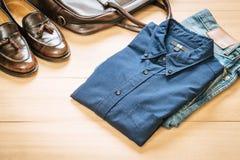Abbigliamento casuale delle attrezzature dei bei uomini di modo fotografia stock