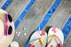 Abbigliamento da spiaggia sul pilastro al fondo di vacanza di festa del mare immagine stock
