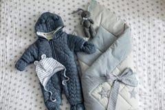 Abbigliamento del ` s dei bambini alla dichiarazione dalla famiglia della busta della casa Fotografia Stock Libera da Diritti