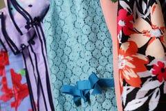Abbigliamento della neonata che appende sulla corda da bucato Fotografie Stock