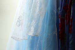 Abbigliamento della neonata che appende sulla corda da bucato Fotografia Stock