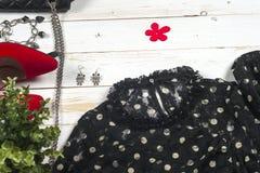 Abbigliamento delle donne messo ed accessori su fondo di legno bianco Immagini Stock