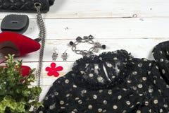 Abbigliamento delle donne messo ed accessori su fondo di legno bianco Fotografia Stock Libera da Diritti