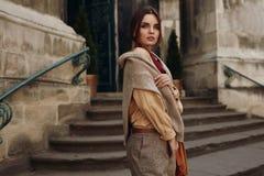 Abbigliamento di alta moda Donna in vestiti alla moda in via Immagine Stock