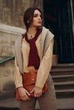 Abbigliamento di alta moda Donna in vestiti alla moda in via Immagini Stock