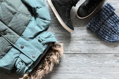 Abbigliamento di inverno del ` s delle donne ed accessori caldi - rivestimento, prateria nera Immagine Stock