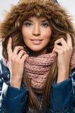 Abbigliamento di inverno della giovane bella donna e cappuccio d'uso di pelliccia immagini stock libere da diritti