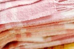 Abbigliamento di modo di inverno con il silenziatore o coperta con fondo di legno immagine stock