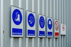 Abbigliamento di sicurezza o dispositivi di protezione individuale e proibizione Fotografia Stock