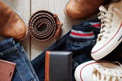 Abbigliamento e cuoio sul pavimento di legno immagine stock libera da diritti