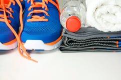 Abbigliamento e scarpe di sport con acqua potabile Fotografia Stock