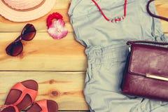 Abbigliamento ed accessori dell'estate delle donne Fotografia Stock