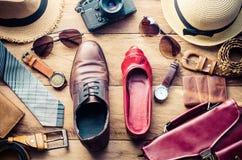 Abbigliamento ed accessori per gli uomini e le donne pronti per il viaggio - Li Immagini Stock Libere da Diritti