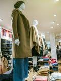 Abbigliamento femminile alla moda di caduta-inverno su esposizione in negozio Fotografia Stock Libera da Diritti
