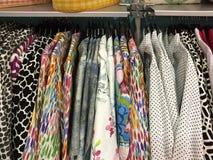 Abbigliamento femminile da vendere alle alte mode Immagini Stock