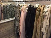 Abbigliamento femminile da vendere alle alte mode di modo Fotografia Stock