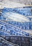Abbigliamento impilato denim delle blue jeans strutturato Fotografia Stock