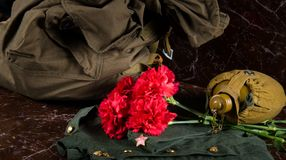 Abbigliamento militare, su un fondo di marmo, con un barattolo dell'acqua e una borsa Fotografie Stock Libere da Diritti