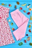 Abbigliamento naturale della neonata del cotone Immagini Stock Libere da Diritti