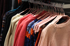 Abbigliamento nel deposito d'avanguardia Immagini Stock
