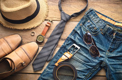 Abbigliamento per gli uomini sul pavimento di legno Immagine Stock Libera da Diritti