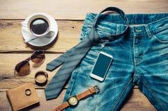 Abbigliamento per gli uomini sul pavimento di legno Fotografie Stock