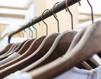 Abbigliamento sull'affare del negozio dell'esposizione di vendita al dettaglio di modo dei ganci Immagine Stock
