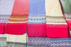 Abbigliamento tradizionale dei modelli dei sarong in Tailandia fotografia stock