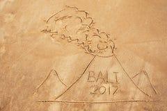 Abbildung auf Sand Gezogener Vulkan mit Text Bali nach innen Lizenzfreie Stockfotos